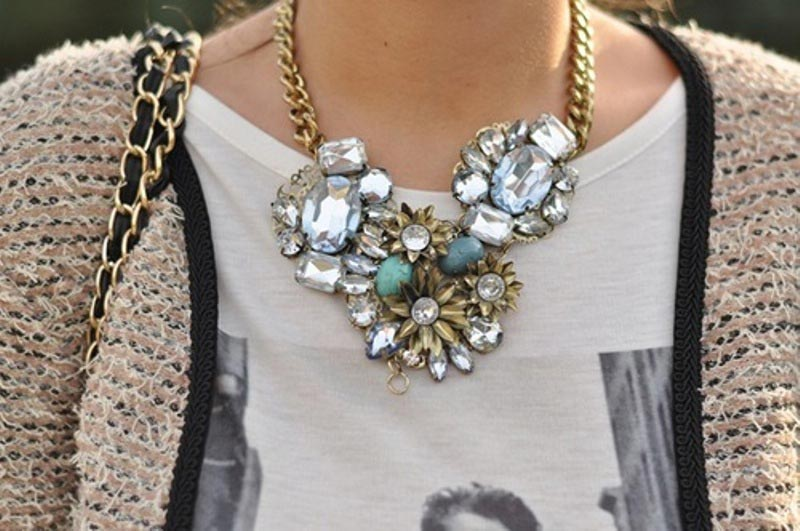 statement-jewellery-3-stement-nectlace-with-casual-Tee